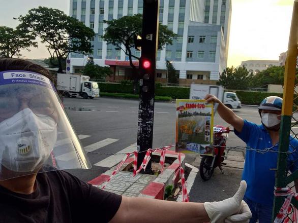 TP.HCM phát báo đến 312 xã, phường: Quà an sinh tinh thần trong đợt giãn cách - Ảnh 2.