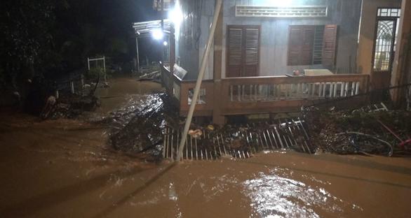 Bình Phước mưa lớn xuyên đêm gây ngập 2m, người dân leo lên gác gọi điện cầu cứu - Ảnh 3.