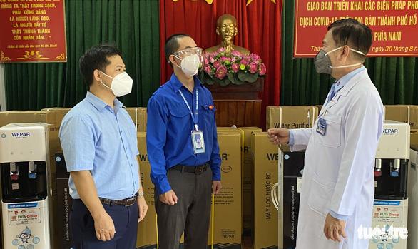 Tặng máy lọc nước giúp bệnh viện giảm nhân công phát nước mỗi ngày - Ảnh 1.