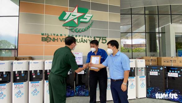 Tặng máy lọc nước giúp bệnh viện giảm nhân công phát nước mỗi ngày - Ảnh 2.