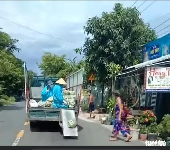 Ý kiến trái chiều clip xe tải vừa chạy vừa 'xả' rau, củ từ thiện cho bà con - Ảnh 1.