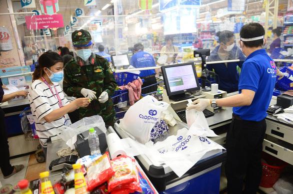 Nhân viên được cấp giấy đi đường, nhiều siêu thị, cửa hàng mở cửa lại - Ảnh 1.