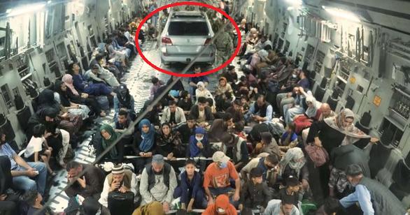 Thực hư bức ảnh quân đội Anh bỏ mặc thường dân Afghanistan, sơ tán ôtô - Ảnh 1.