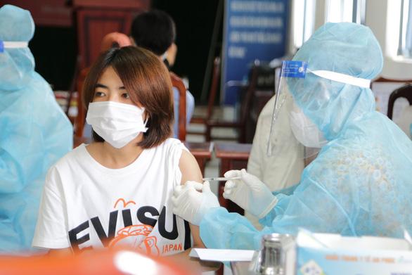 Tiêm vắc xin ngừa COVID-19 cho 100 sinh viên Lào, Campuchia tại Kiên Giang - Ảnh 1.
