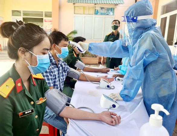 Bình Dương: Dân khát vắc xin nhưng hơn 311.000 liều thì tiêm nhỏ giọt - Ảnh 1.