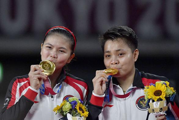 Đôi nữ Indonesia giành HCV cầu lông được thưởng 1 ngôi nhà, 5 con bò - Ảnh 1.