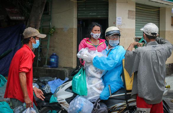 Võ sư 1 chân chở cơm khắp các nẻo đường phát cho những người nghèo thành phố - Ảnh 6.