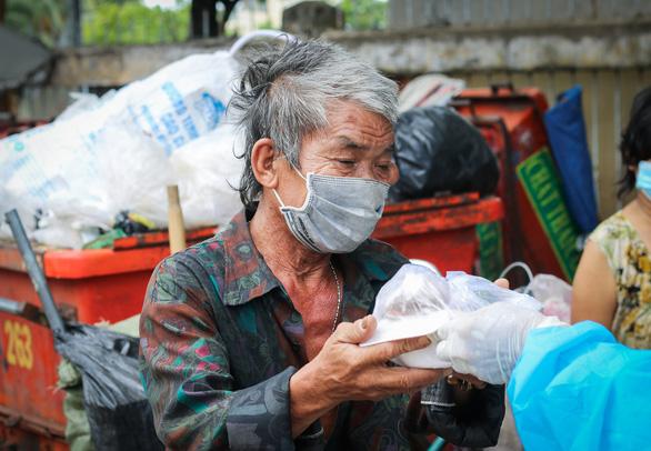 Võ sư 1 chân chở cơm khắp các nẻo đường phát cho những người nghèo thành phố - Ảnh 7.