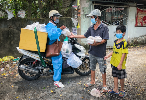 Võ sư 1 chân chở cơm khắp các nẻo đường phát cho những người nghèo thành phố - Ảnh 3.