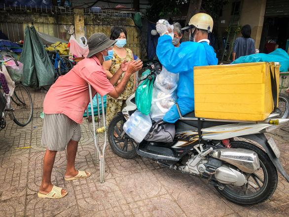 Võ sư 1 chân chở cơm khắp các nẻo đường phát cho những người nghèo thành phố - Ảnh 1.