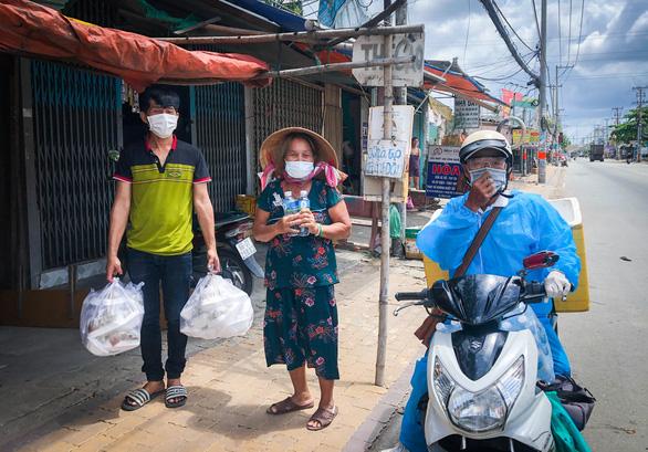Võ sư 1 chân chở cơm khắp các nẻo đường phát cho những người nghèo thành phố - Ảnh 4.