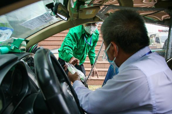 Xe taxi được chuyển đổi thành xe cấp cứu như thế nào? - Ảnh 6.