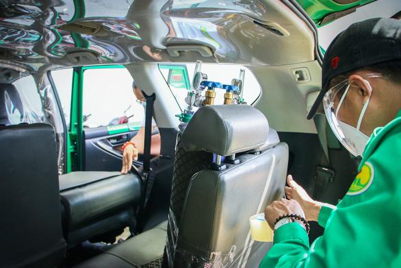 Xe taxi được chuyển đổi thành xe cấp cứu như thế nào? - Ảnh 2.