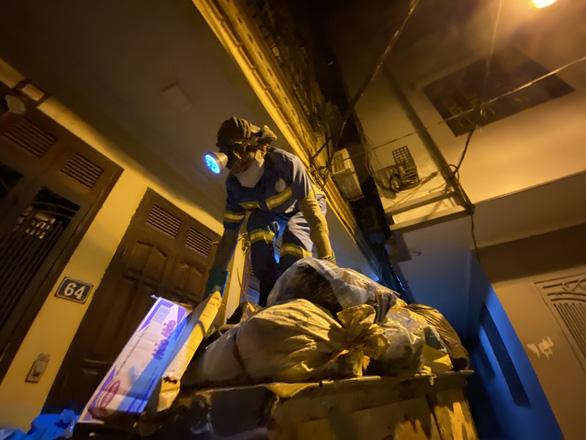 Nữ công nhân môi trường bị trấn lột trong đêm được tặng xe máy mới - Ảnh 2.
