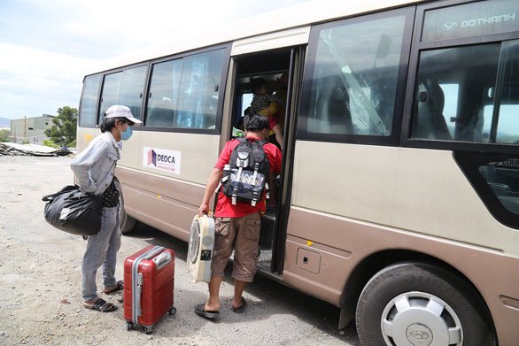 Thừa Thiên Huế đã nhận 23 người đi từ TP.HCM bơ vơ ở hầm Hải Vân về quê cách ly - Ảnh 1.