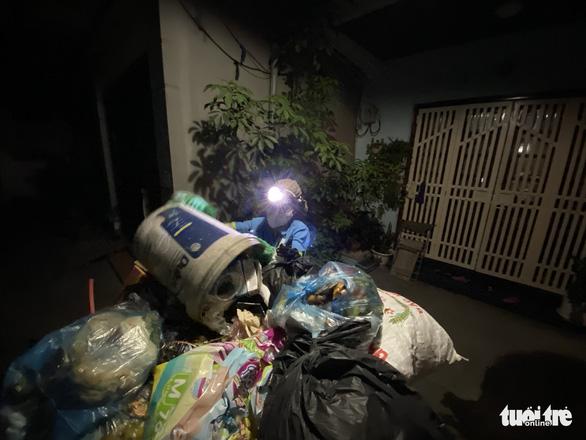 Nữ công nhân môi trường bị trấn lột xe máy: 'Tôi van xin mà nhóm cướp không tha' - Ảnh 2.