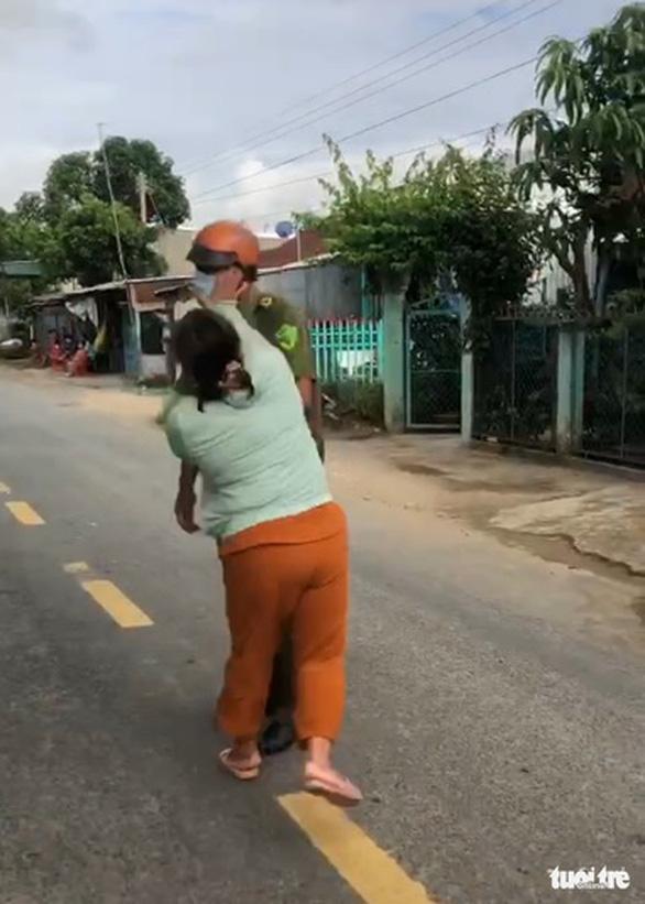 Tạm giữ hình sự người vợ lao vào đánh công an xã để bênh vực chồng - Ảnh 1.