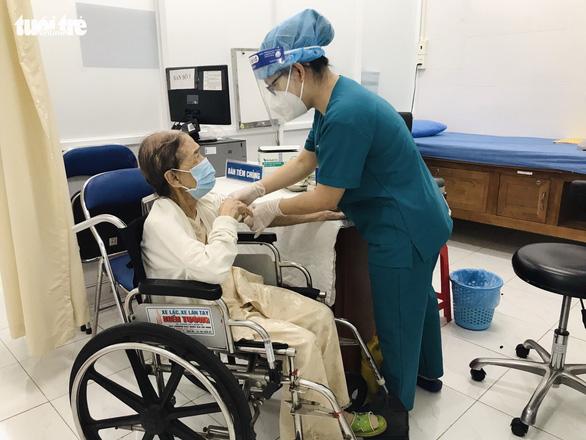 Cụ bà 102 tuổi tiêm vắc xin: Tôi muốn con cháu và xã hội an toàn - Ảnh 2.