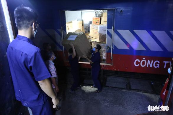 8 tấn thiết bị y tế từ Hà Nội đến ga Sài Gòn trong đêm - Ảnh 3.