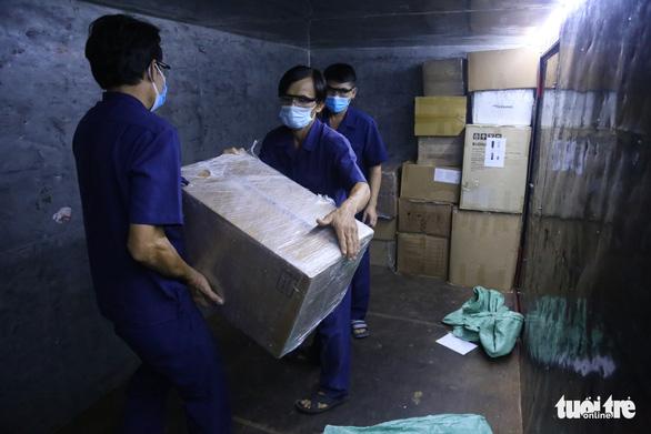 8 tấn thiết bị y tế từ Hà Nội đến ga Sài Gòn trong đêm - Ảnh 4.