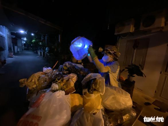 Nữ công nhân môi trường bị trấn lột xe máy: 'Tôi van xin mà nhóm cướp không tha' - Ảnh 4.
