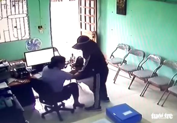 Nhân viên quỹ tín dụng kể phút đối mặt với nghi phạm cầm dao khống chế cướp tiền - Ảnh 1.