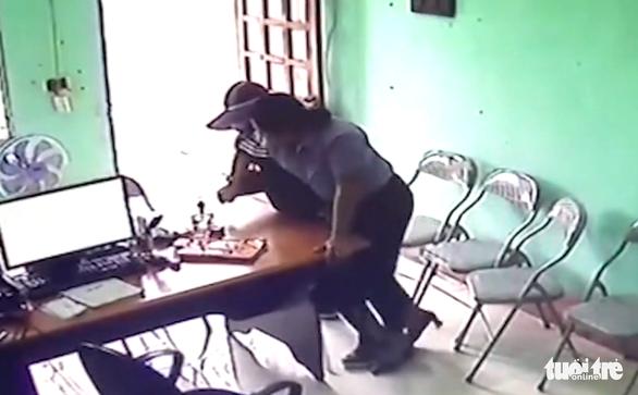 Nhân viên quỹ tín dụng kể phút đối mặt với nghi phạm cầm dao khống chế cướp tiền - Ảnh 2.