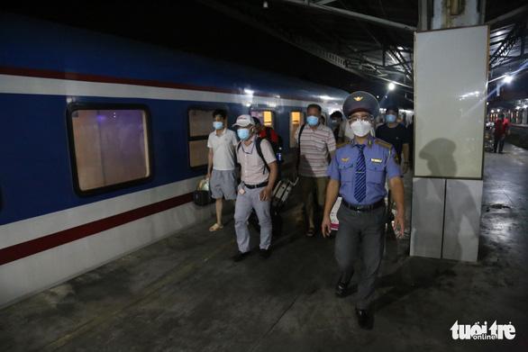 8 tấn thiết bị y tế từ Hà Nội đến ga Sài Gòn trong đêm - Ảnh 2.