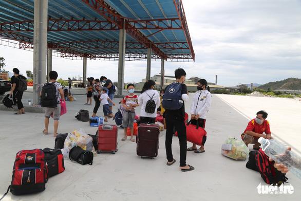 Bất chấp quy định ai ở đâu, ở yên đó, 23 người từ TP.HCM vẫn thuê xe về Huế - Ảnh 3.