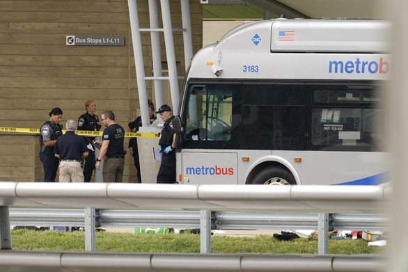 Mỹ: Một cảnh sát bị đâm chết, Lầu Năm Góc phong tỏa - Ảnh 1.