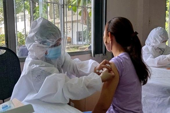 Đồng Nai bắt đầu tiêm vắc xin ngừa COVID-19 cho công nhân - Ảnh 1.