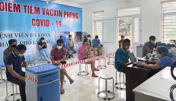 8.500 lao động, cư dân biên giới Lào Cai được tiêm vắc xin Sinopharm - Ảnh 1.