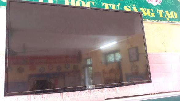 """Thiết bị giáo dục dạy lớp 1 ở Thanh Hóa: tivi nhỏ phải thay, máy tính """"có vấn đề"""" - Ảnh 1."""