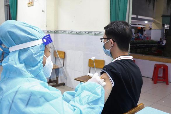 HỎI - ĐÁP về dịch COVID-19: Tiêm vắc xin ngừa COVID-19, hiệu quả bảo vệ đến đâu? - Ảnh 1.