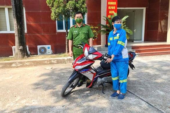 Nữ công nhân môi trường bị trấn lột trong đêm được tặng xe máy mới - Ảnh 1.