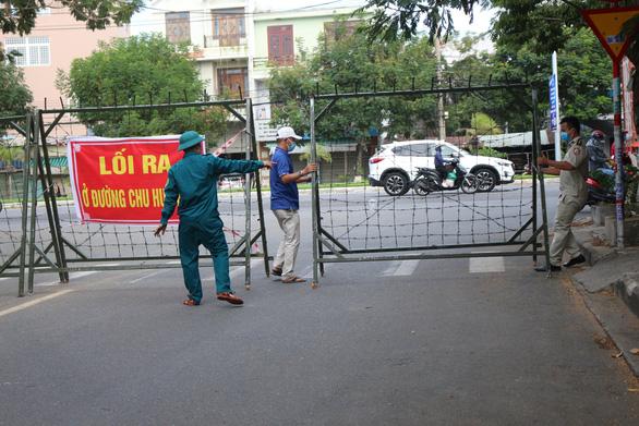Từ chiều 5-8 người dân bị cách ly ở Sơn Trà được nhận tiền hỗ trợ, tổng số tiền gần 100 tỉ - Ảnh 1.