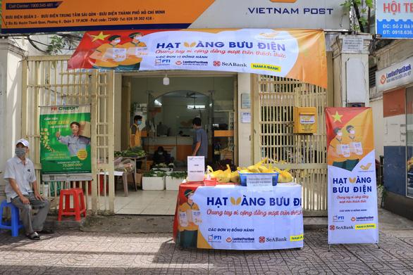 Phát 700 tấn gạo cho người dân gặp khó khăn ở TP.HCM và 5 tỉnh - Ảnh 1.