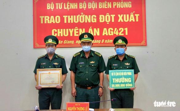 Trao thưởng 50 triệu đồng cho Biên phòng Tịnh Biên đã bắt vụ 5kg vàng - Ảnh 1.