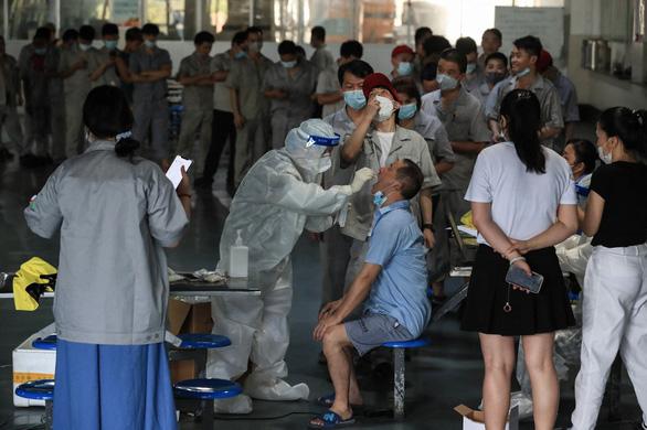 Đợt dịch mới đã lan tới ít nhất 27 thành phố ở 18 tỉnh của Trung Quốc - Ảnh 1.