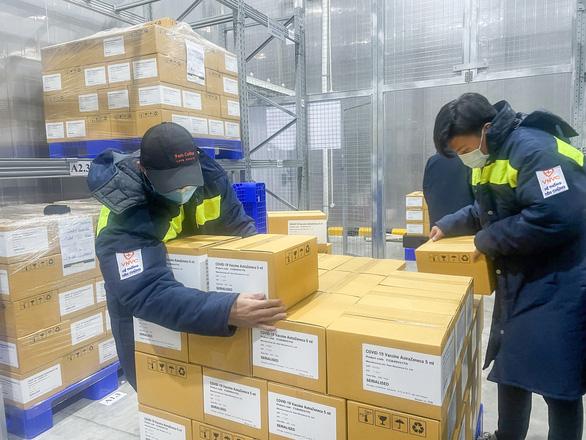 Thêm gần 600.000 liều vắc xin AstraZeneca về đến sân bay Tân Sơn Nhất - Ảnh 1.