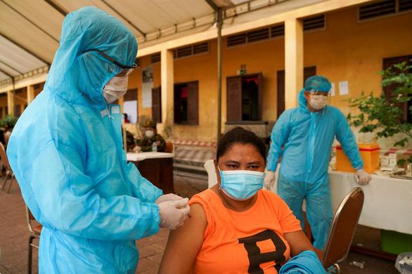 Campuchia đã tiêm ngừa COVID-19 cho 80% người trưởng thành - Ảnh 1.