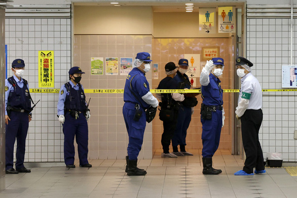 10 khách đi tàu bị đâm dao vô cớ ở Tokyo, nghi phạm đã bị bắt - Ảnh 1.
