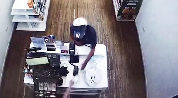 Bắt kẻ đe dọa nhân viên cửa hàng sữa cướp tài sản - Ảnh 2.