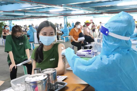 TP.HCM: Hơn 1,5 triệu người được tiêm vắc xin trong nửa tháng - Ảnh 1.