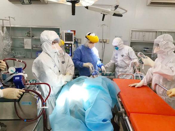 Bác sĩ 3 bệnh viện ở TP.HCM mổ bắt con cho nữ bác sĩ mắc COVID-19 nguy kịch - Ảnh 1.