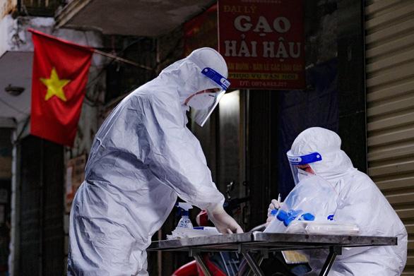 Thêm một nhân viên y tế ở Hà Nội mắc COVID-19 - Ảnh 1.