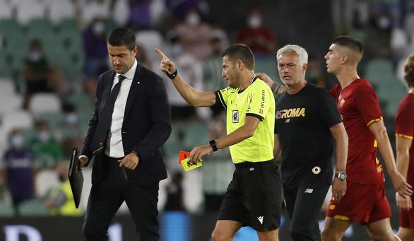 Video Mourinho nhận thẻ đỏ vì xông vào sân trong trận giao hữu của Roma - Ảnh 2.