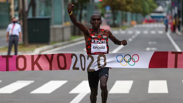 Eliud Kipchoge bảo vệ thành công HCV Olympic chạy marathon - Ảnh 1.