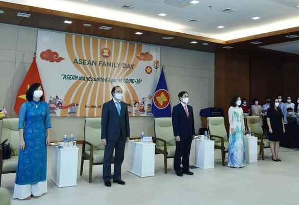 Kỷ niệm 54 năm thành lập ASEAN, Bộ Ngoại giao tổ chức lễ chào cờ đặc biệt - Ảnh 2.