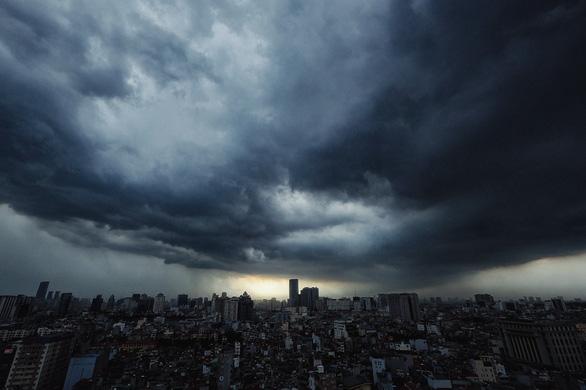 Đón đợt mưa lớn, miền Bắc kết thúc đợt nắng nóng kỷ lục sớm hơn dự kiến - Ảnh 1.